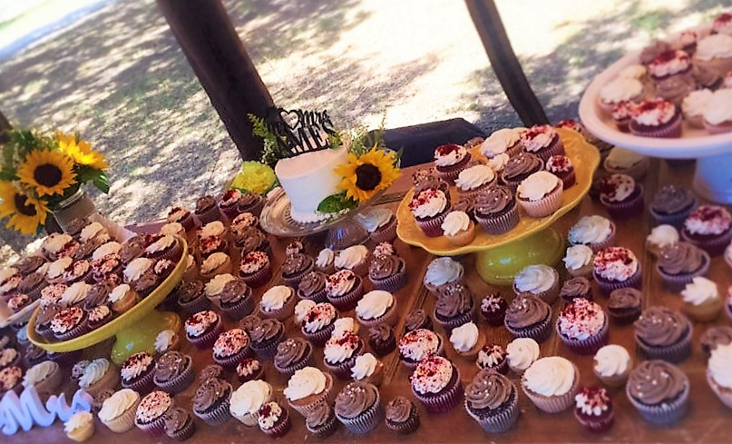 172 classic cupcakes, 96 mini cupcakes, 6'' classic simple cutting cake