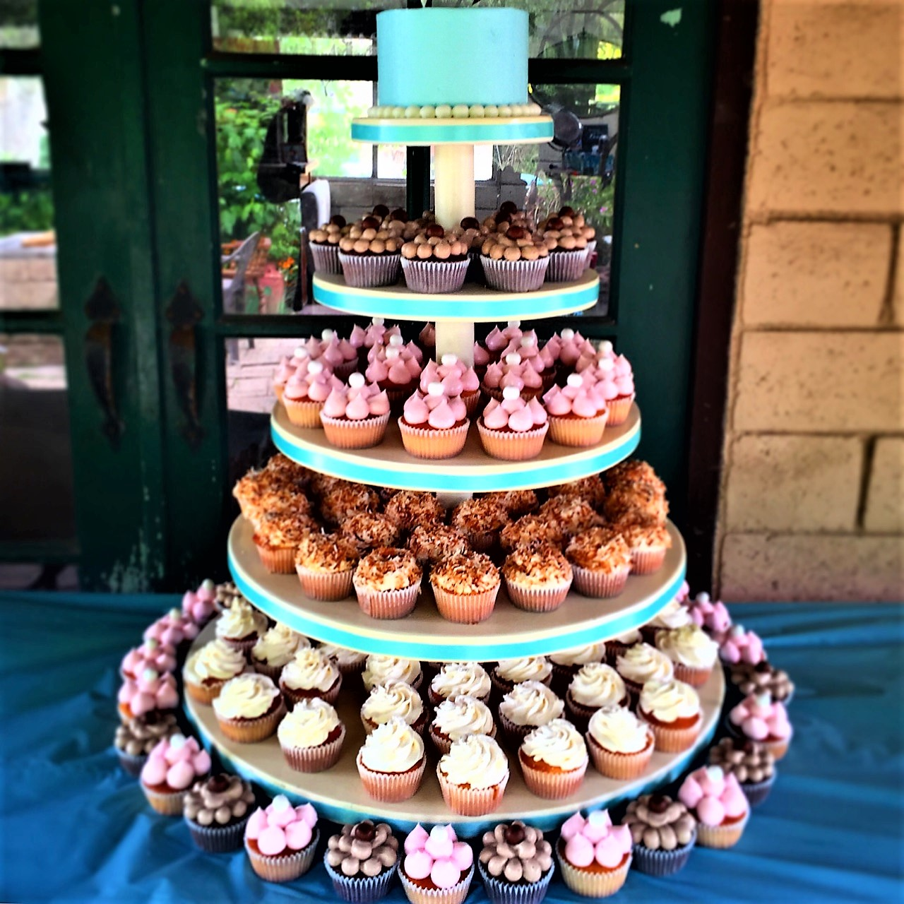 "124 cupcakes, 6"" classic simple cutting cake"